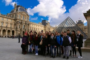 Gruppenfoto vor dem Louvre