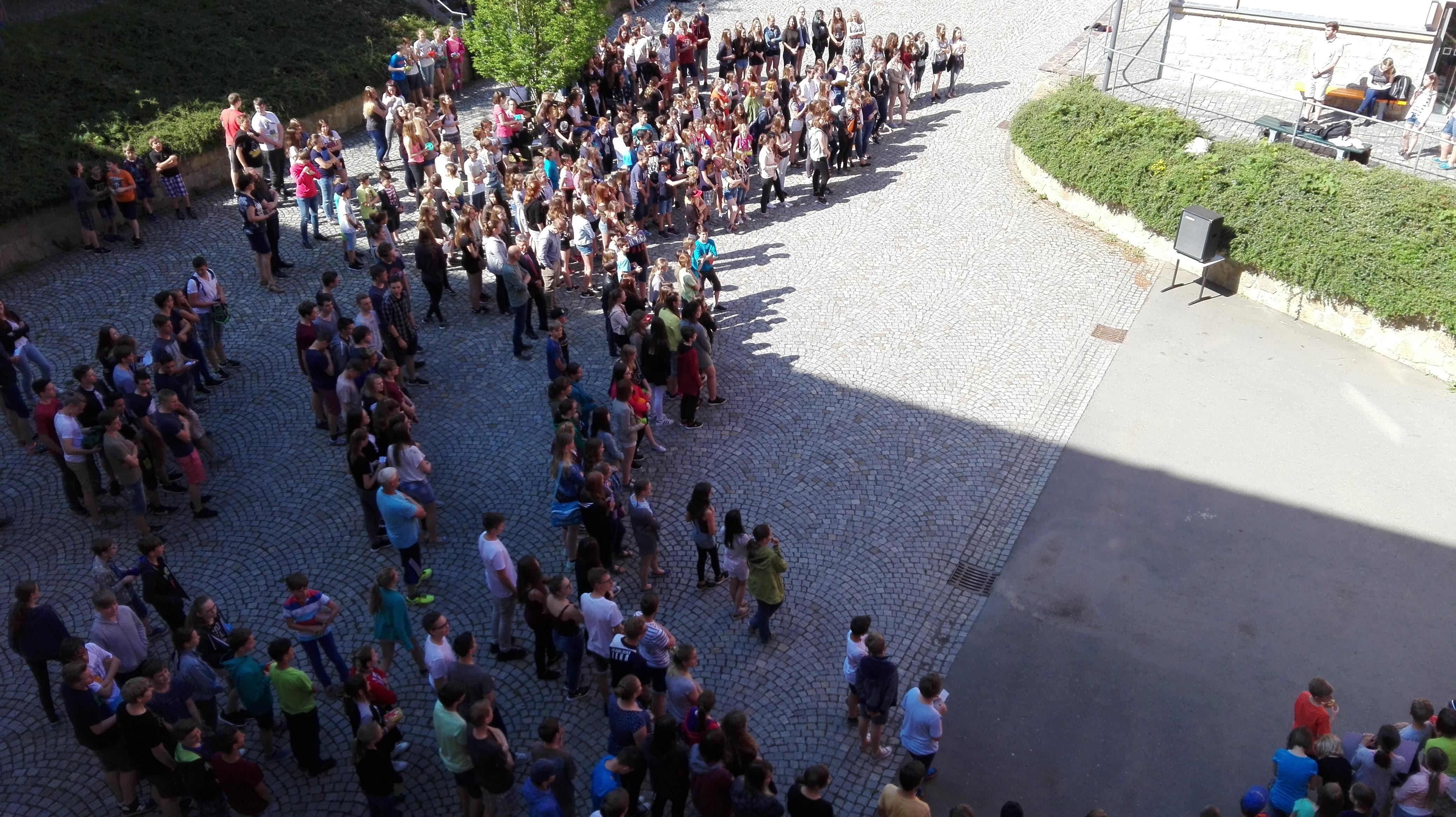 Protestierende Schüler sowie Lehrer des Duden-Gymnasiums
